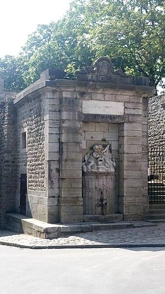 Photo du Monument Historique Fontaine Louis XVI et pavillon, derrière la Porte Gayole, dans la ville haute intra-muros situé à Boulogne-sur-Mer