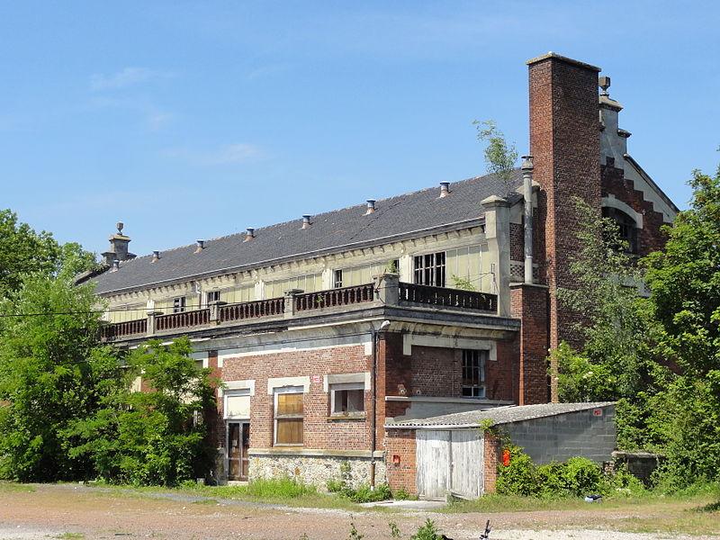 Photo du Monument Historique Ancien bâtiment de la salle des pendus et des bains-douches de la fosse n° 12 de la compagnie des mines de Lens situé à Loos-en-Gohelle