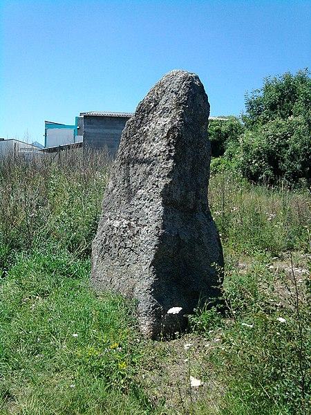Photo du Monument Historique Menhir du Pont d'Aubières dit de La Pierre Piquée situé à Aubière