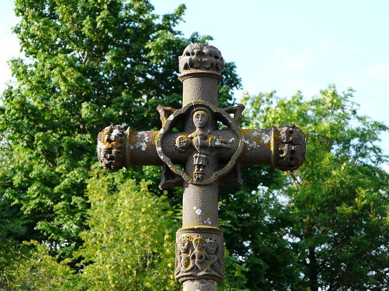 Photo du Monument Historique Croix en pierre du 16e siècle du cimetière de Fohet situé à Aydat