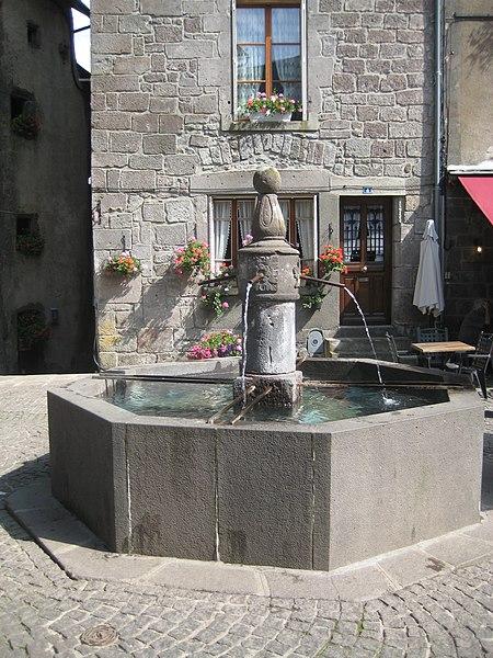 Photo du Monument Historique Fontaine du 16e siècle située sur la place centrale situé à Besse-et-Saint-Anastaise