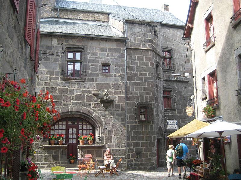 Photo du Monument Historique Maison dite Ancien hôpital ou Maison Tournardre situé à Besse-et-Saint-Anastaise
