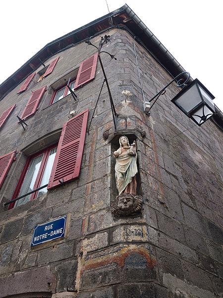 Photo du Monument Historique Maison, en face de l'hospice situé à Besse-et-Saint-Anastaise