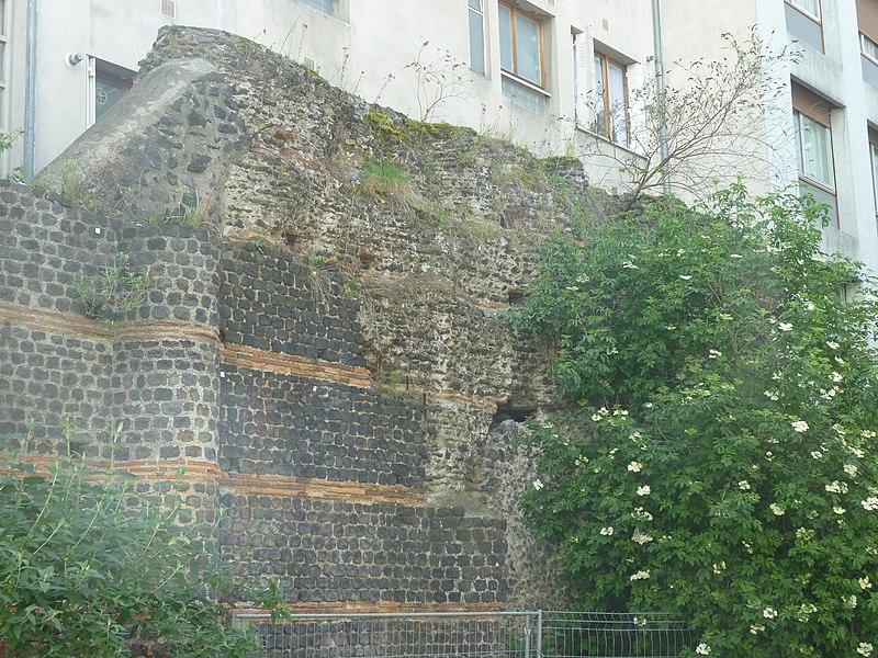 Photo du Monument Historique Temple de Vasso Galate (murailles dites des Sarrasins) situé à Clermont-Ferrand