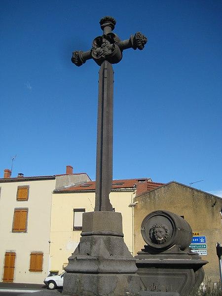 Photo du Monument Historique Croix érigée sur une petite place situé à Combronde