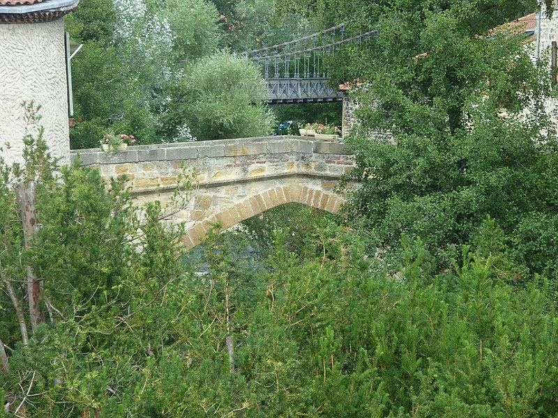 Photo du Monument Historique Vieux pont du 14e siècle sur la Couze situé à Coudes