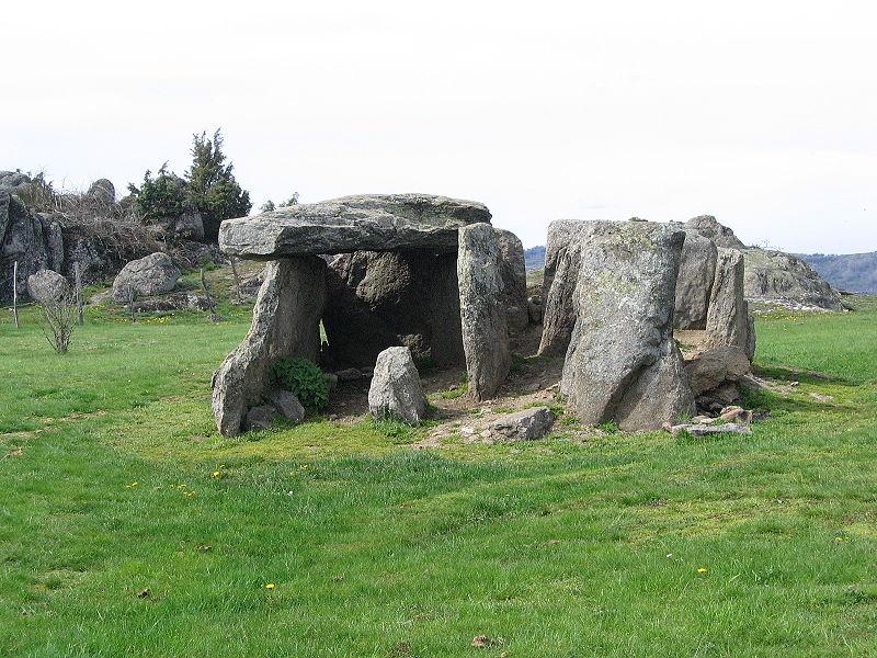 Photo du Monument Historique Allée couverte de la Grotte situé à Cournols