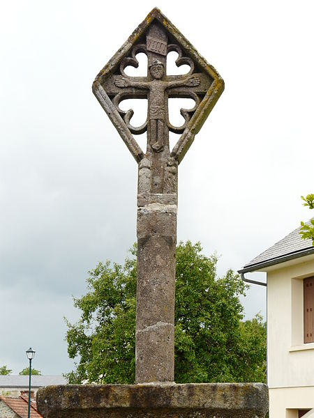 Photo du Monument Historique Croix en lave du 15e siècle sur la place publique situé à Labessette