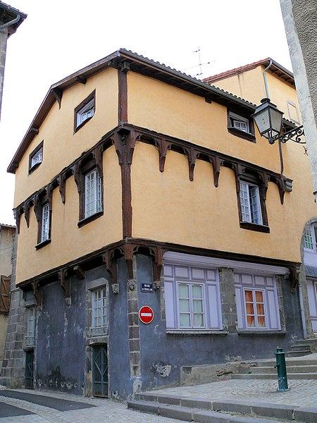 Photo du Monument Historique Maison en pans de bois situé à Maringues