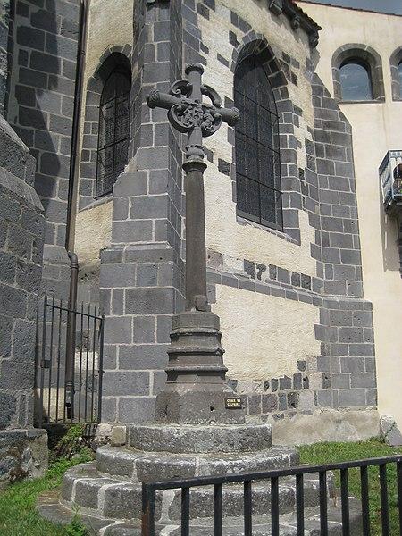 Photo du Monument Historique Croix du 16e siècle en lave de Volvic situé à Marsat
