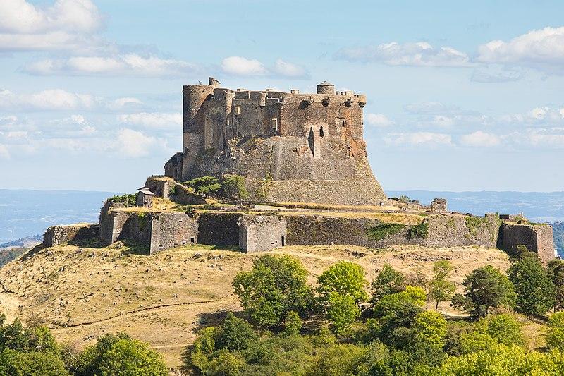 Photo du Monument Historique Ruines du château fort situé à Murol