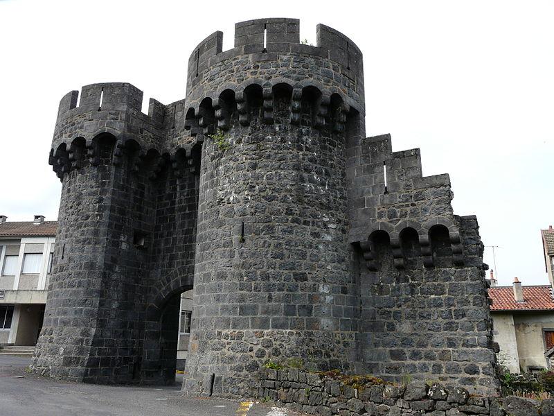 Photo du Monument Historique Restes de l'enceinte de la ville situé à Pontgibaud