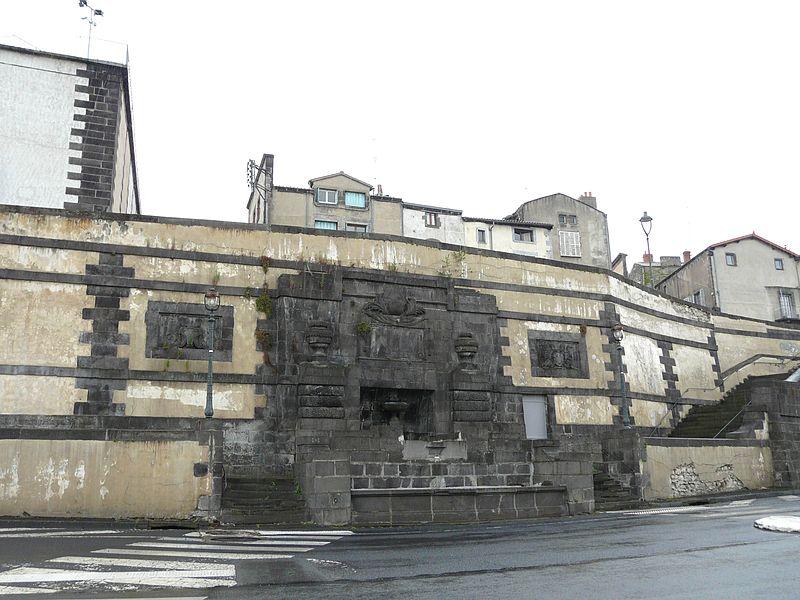 Photo du Monument Historique Escalier et fontaine de Chazerat situé à Riom