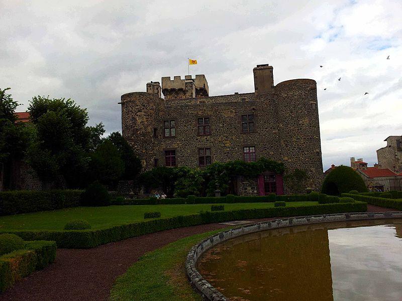 Photo du Monument Historique Château d'Opme situé à Romagnat