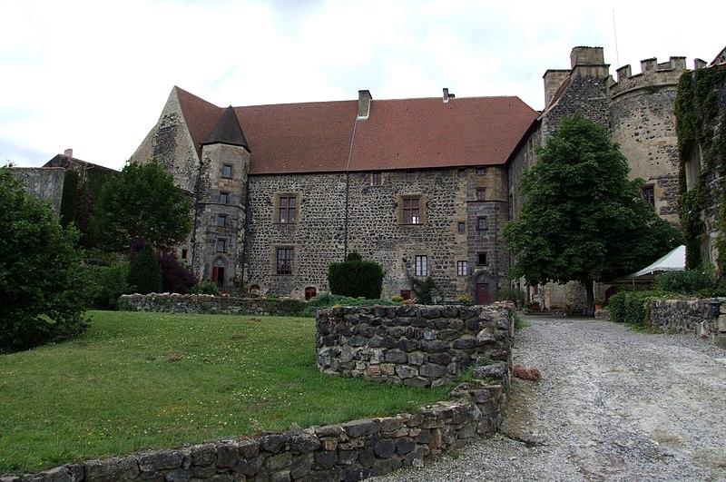 Photo du Monument Historique Ancien château fort situé à Saint-Saturnin