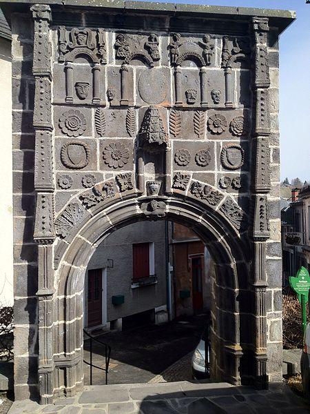 Photo du Monument Historique Portique Renaissance situé à Saint-Sauves-d'Auvergne