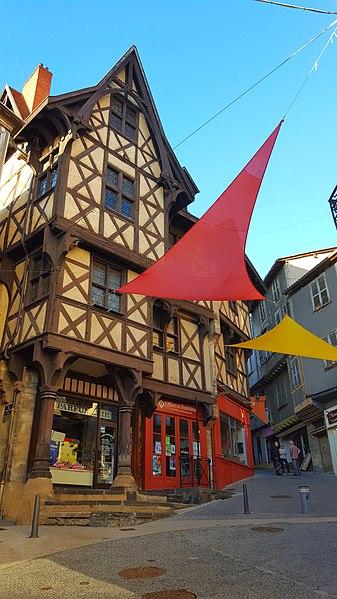 Photo du Monument Historique Ancien hôtel du Charriol, dit château ou maison du Piroux situé à Thiers