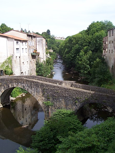 Photo du Monument Historique Pont du Diable, sur la Dore, à Giroux (également sur commune d'Olliergues) situé à Tours-sur-Meymont