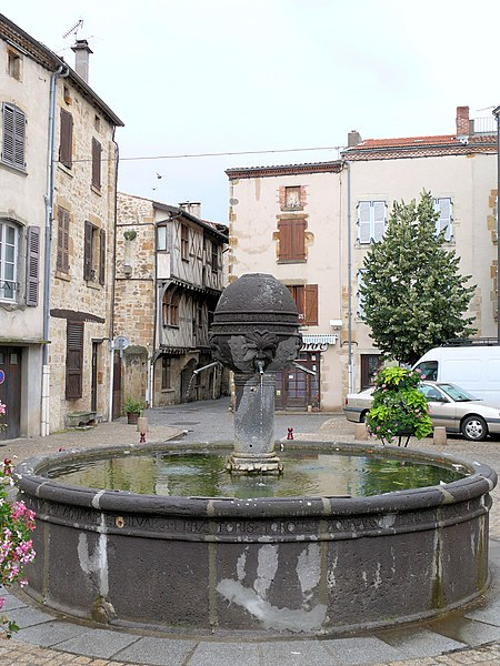 Photo du Monument Historique Fontaine du 16e siècle situé à Vic-le-Comte