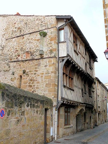 Photo du Monument Historique Maison en pans de bois, au nord-ouest de la place du Vieux-Marché situé à Vic-le-Comte