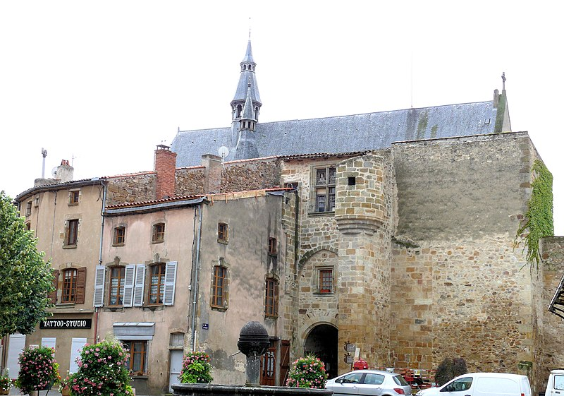 Photo du Monument Historique Ancien palais des Comtes d'Auvergne situé à Vic-le-Comte