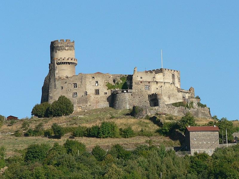Photo du Monument Historique Château fort de Tournoël situé à Volvic
