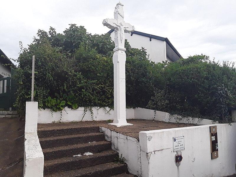 Photo du Monument Historique Croix du 17e siècle dite Croix blanche situé à Ciboure