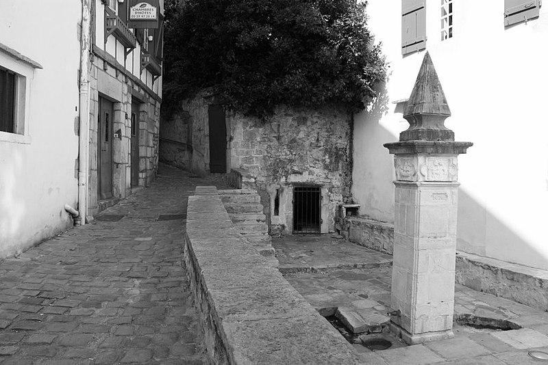 Photo du Monument Historique Fontaine monumentale du 17e siècle situé à Ciboure