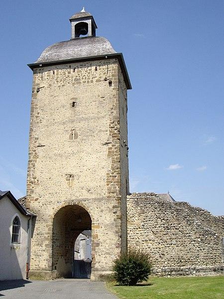Photo du Monument Historique Vieille tour de Pontacq et restes de remparts attenants situé à Pontacq