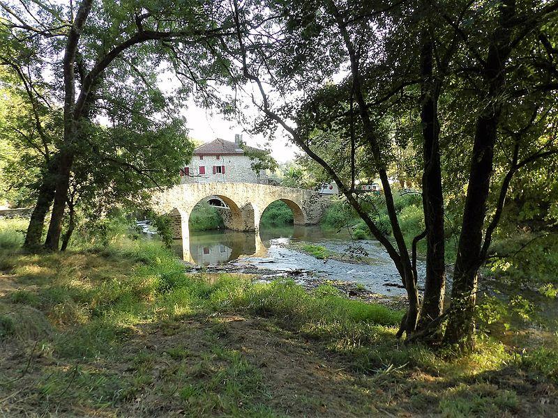 Photo du Monument Historique Pont ancien et Moulin de Heugas situés sur le Lihoury situé à Bidache