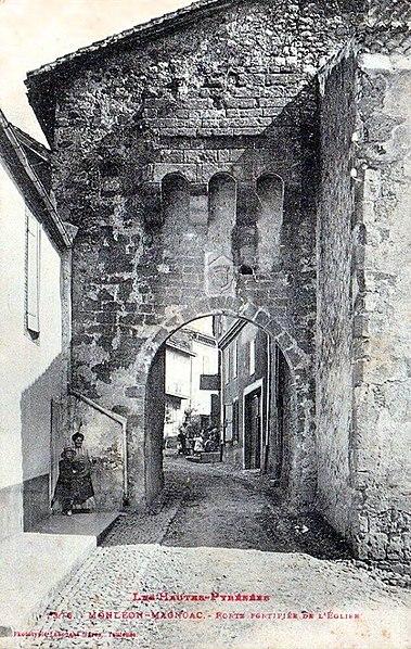 Photo du Monument Historique Porte fortifiée situé à Monléon-Magnoac