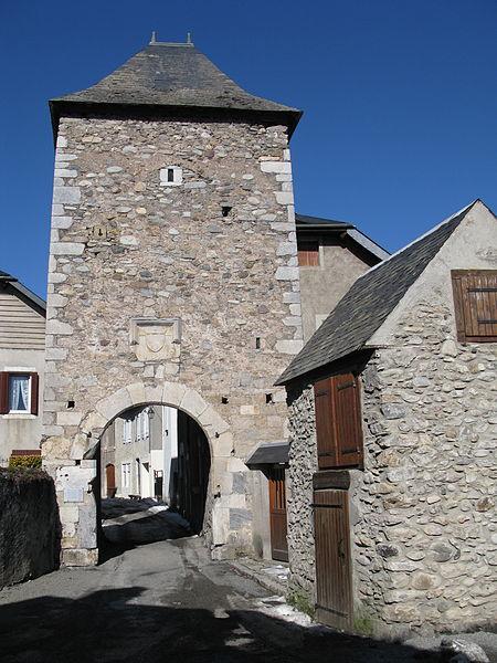 Photo du Monument Historique Porte de défense dite Tour de la Prison situé à Sarrancolin