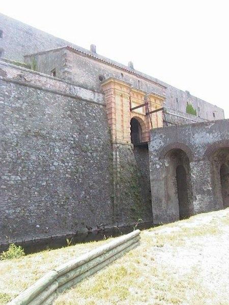 Photo du Monument Historique Fort de Bellegarde situé à Le Perthus