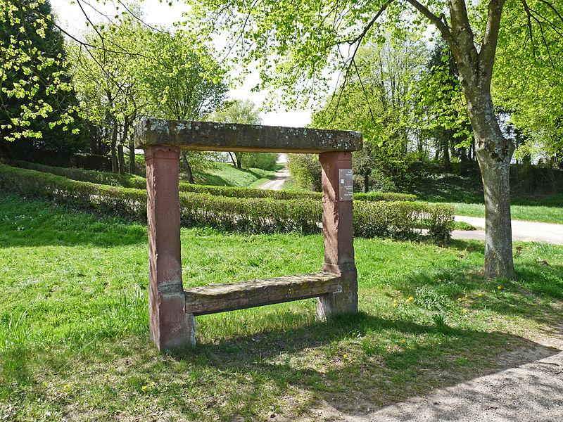 Photo du Monument Historique Parties subsistantes du banc-reposoir dit banc du Roi de Rome situé à Kutzenhausen