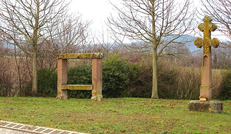 Photo du Monument Historique Banc-reposoir napoléonien situé à Lochwiller