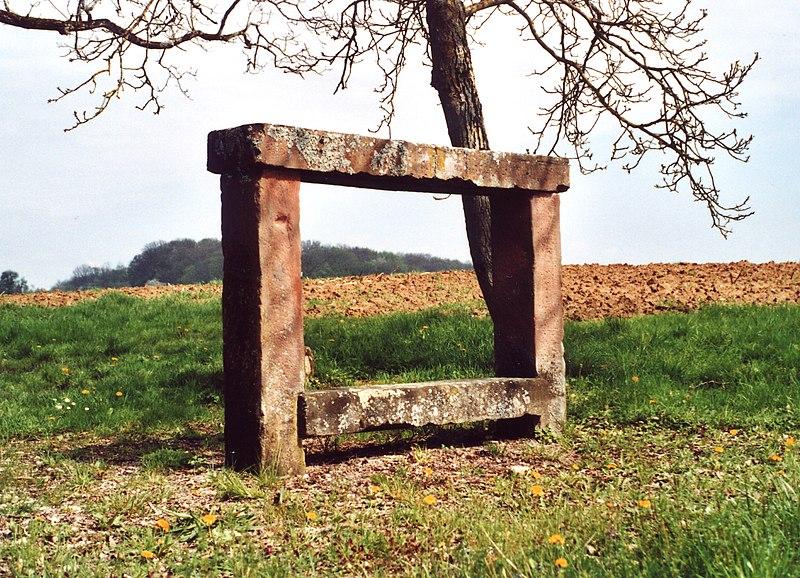Photo du Monument Historique Banc-reposoir situé à Morsbronn-les-Bains