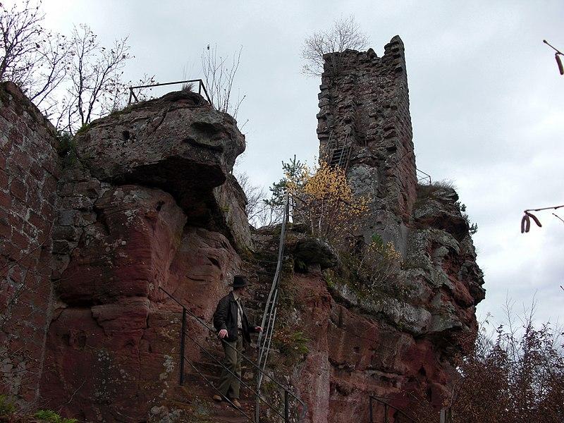 Photo du Monument Historique Ruines du château de Lutzelhandt situé à Obersteinbach