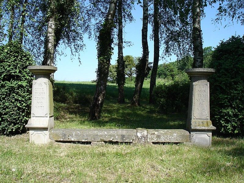 Photo du Monument Historique Banc-reposoir napoléonien situé à Ottwiller