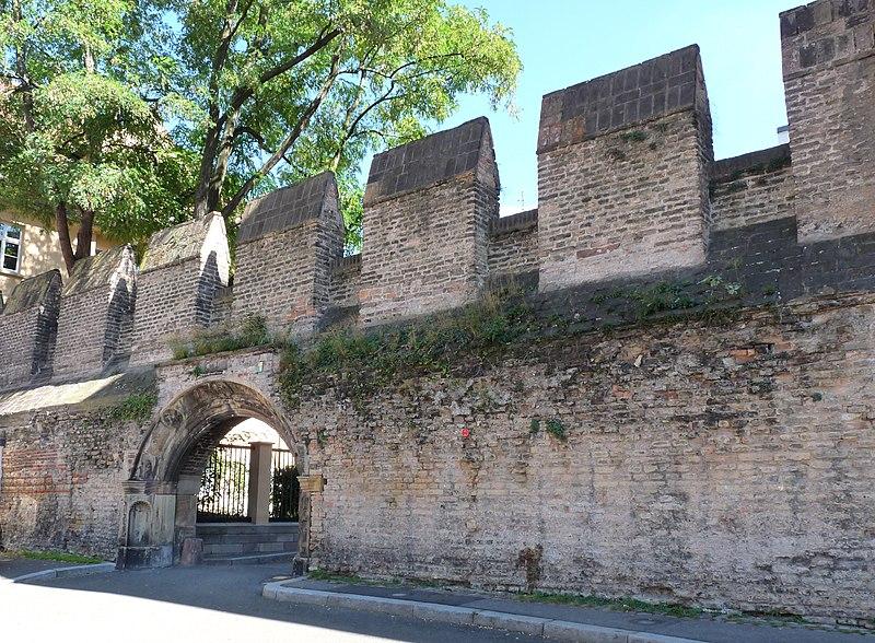 Photo du Monument Historique Restes de l'enceinte du Moyen Age situé à Strasbourg