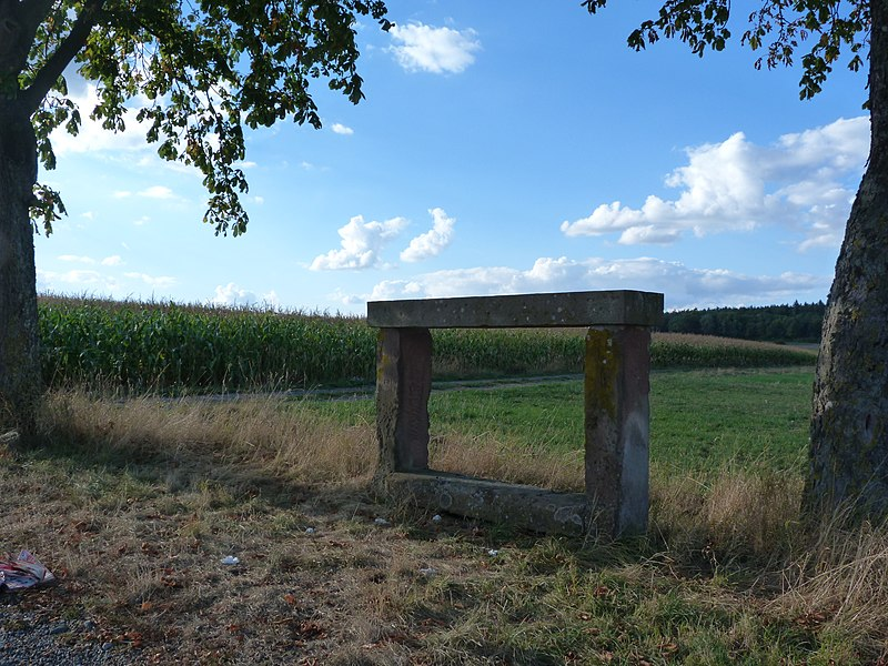 Photo du Monument Historique Banc-reposoir napoléonien situé à Weyer