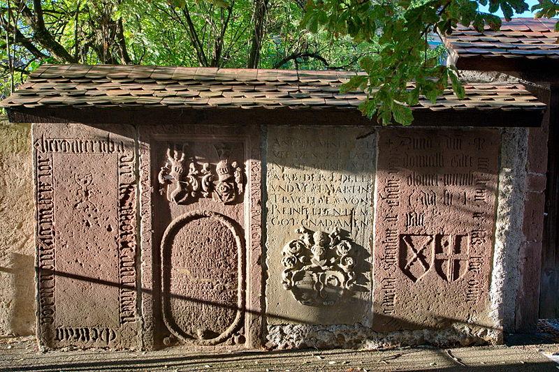 Photo du Monument Historique Pierres tombales près de l'église protestante situé à Beblenheim