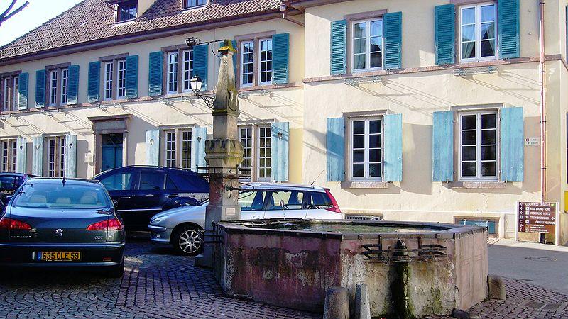 Photo du Monument Historique Fontaine datée de 1557 située devant l'Ecole des Filles situé à Eguisheim