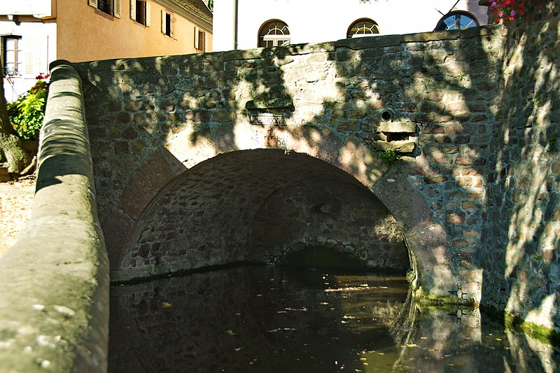 Photo du Monument Historique Pont daté de 1538 situé devant l'église situé à Gueberschwihr