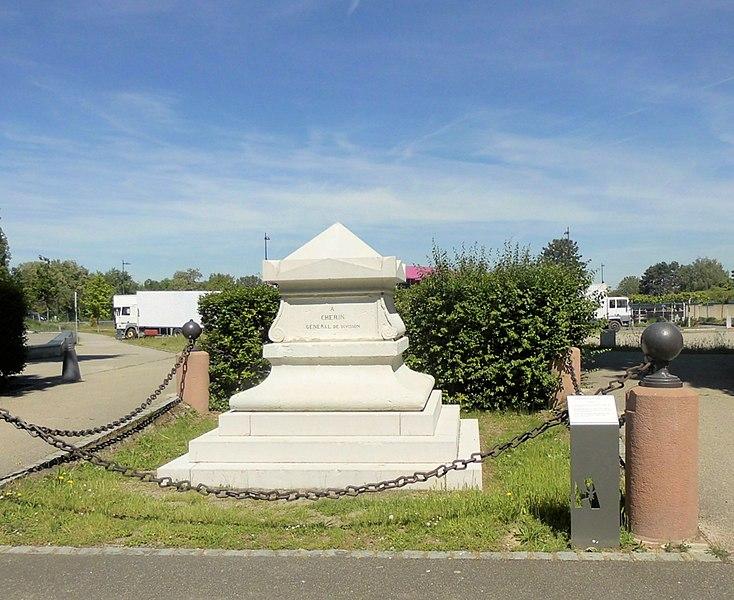 Photo du Monument Historique Monument du général Chérin avec les bornes et les chaînes qui l'entourent situé à Huningue