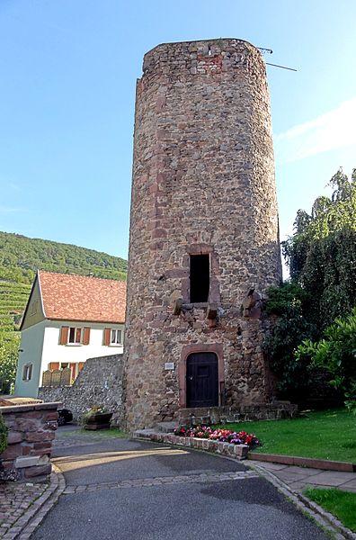 Photo du Monument Historique Tour dite des Sorcières dans le jardin de l'Hôtel Chambord situé à Kaysersberg