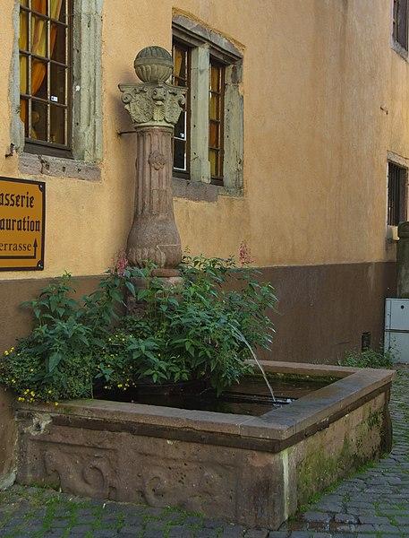 Photo du Monument Historique Fontaine dite du Cerf, adossée à l'immeuble situé à Ribeauvillé