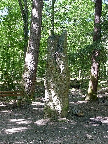 Photo du Monument Historique Menhir dit Langenstein près du cimetière roumain situé à Soultzmatt