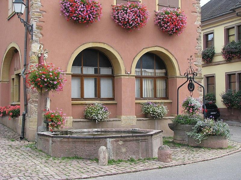 Photo du Monument Historique Fontaine et puits devant la mairie situé à Westhalten