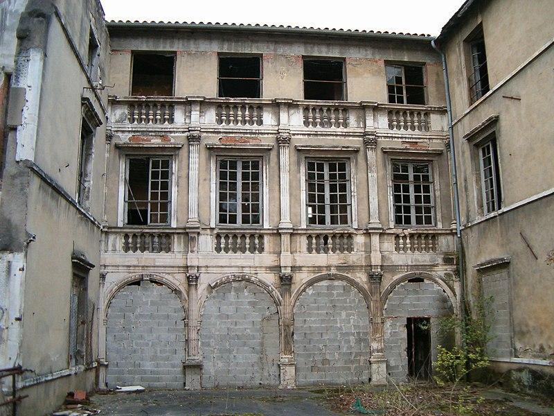 Photo du Monument Historique Manoir du Grand-Perron  , dans l'enceinte de l'hôpital Jules-Courmont situé à Pierre-Bénite