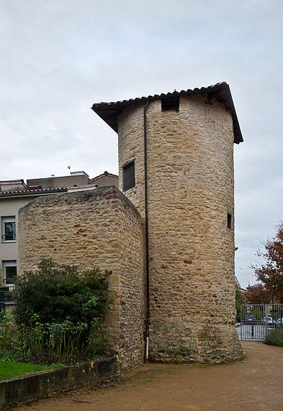 Photo du Monument Historique Tour et remparts situé à Villefranche-sur-Saône